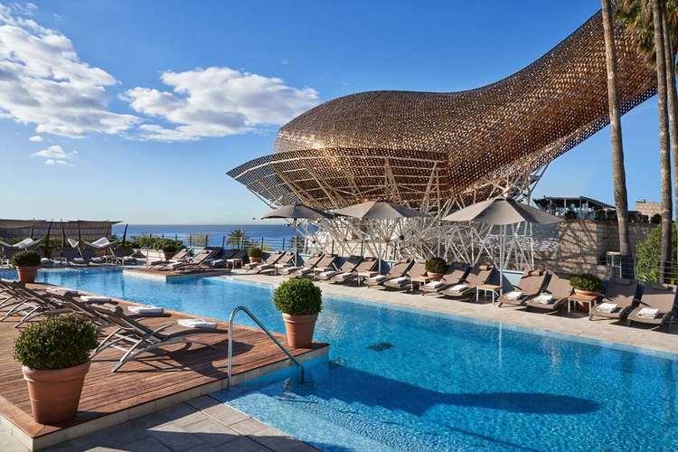 Piscine avec vue sur mer à l'hôtel Arts Barcelona