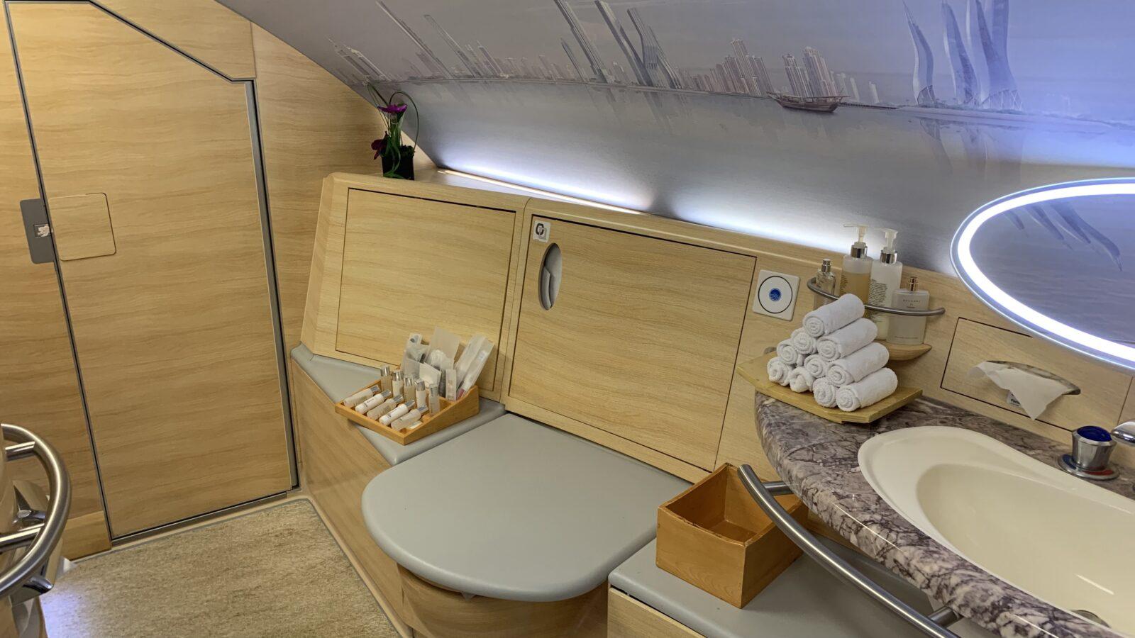 Salle de bain à bord de la Première Classe du Airbus A380 d'Emirates