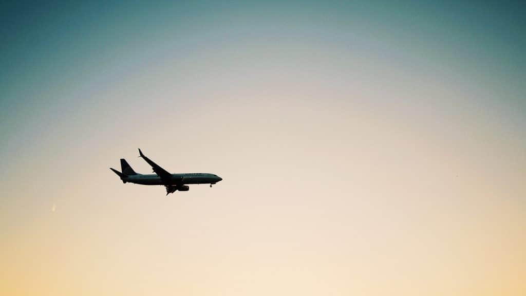 Avion United au coucher de soleil