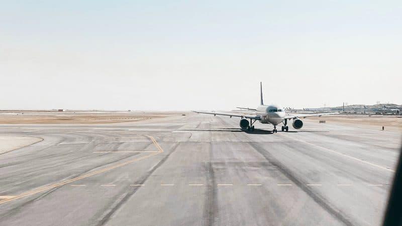 Avion sur le tarmac à l'aéroport