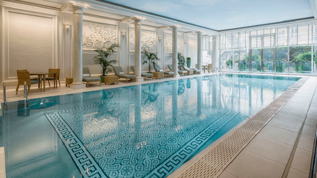 Piscine de l'hôtel Shangri-La à Paris