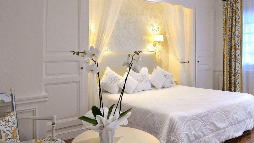 """La Chambre Luxe Supérieure est située en rez de jardin, cette chambre dispose d'une salle de bain avec baignoire d'angle """"Jacuzzi"""" pour 2 Personnes & d'une douche séparée, mais aussi d'une terrasse ouvrant sur le jardin."""