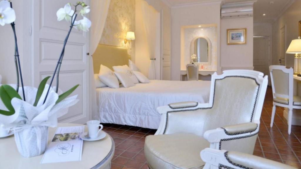 """La Junior Suite s'ouvre sur un coin salon familial puis sur une grande terrasse aménagée donnant sur le jardin. Possibilité d'obtenir deux chambres communicantes. La salle de bain, très luxueuse avec son """"Jacuzzi"""" pour deux et la douche séparée, vous permettront de vous détendre pleinement au coeur de la Provence."""