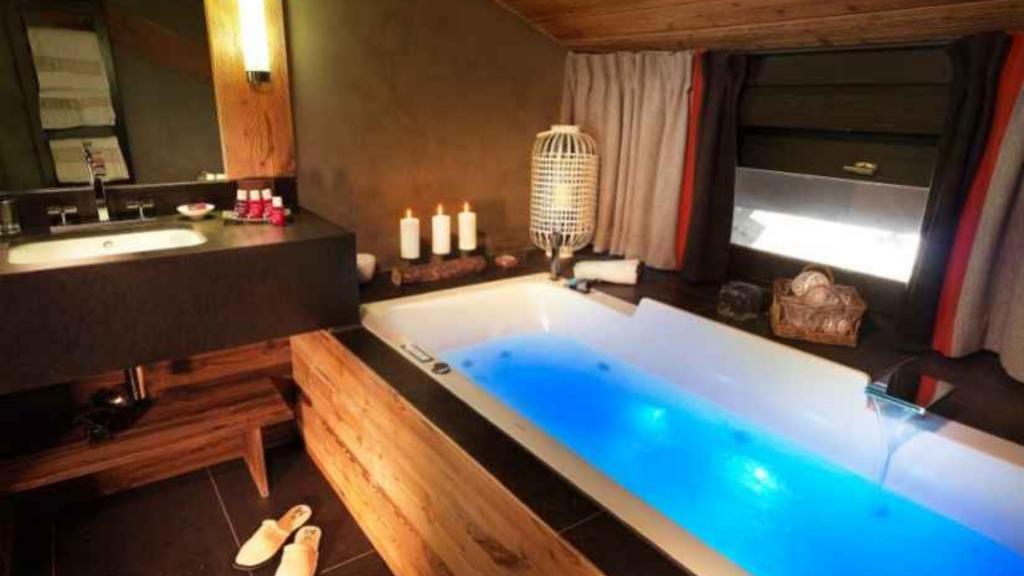 Suite Royale - Hotel M de Megève - Hotel luxe Megève - baignoire balnéo, luminothérapie et maintien de la température