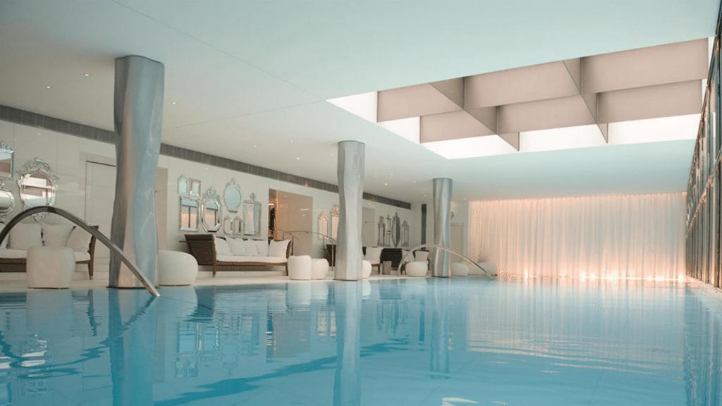 La piscine de l'hôtel Le Royal Monceau