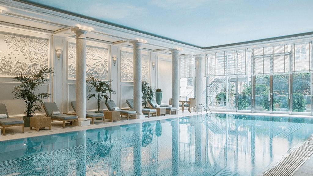 La piscine de l'hôtel Shangri-La Paris