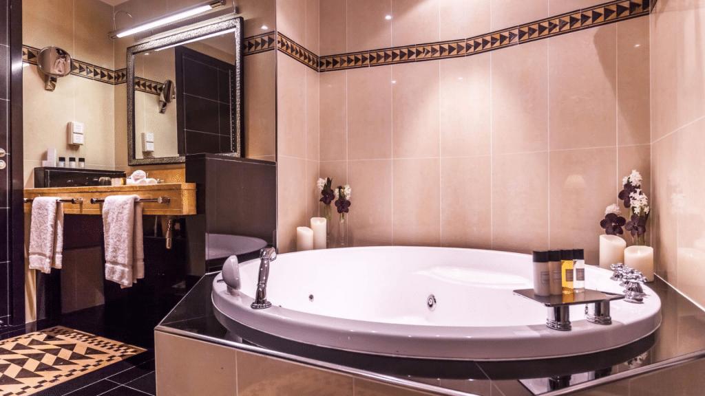 L'Hôtel du Collectionneur Paris - salle de bain avec jacuzzi privatif